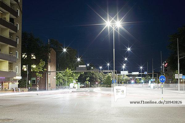 Lichtspuren auf der Stadtstraße bei Nacht