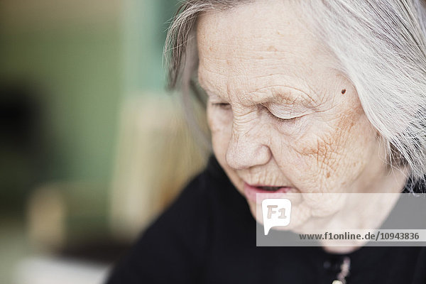 Nahaufnahme der nachdenklichen Seniorin im Pflegeheim