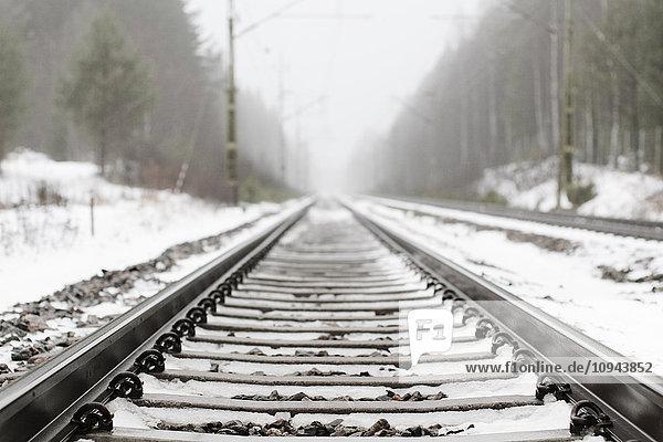 Schneebedeckte Eisenbahnstrecke auf dem Land