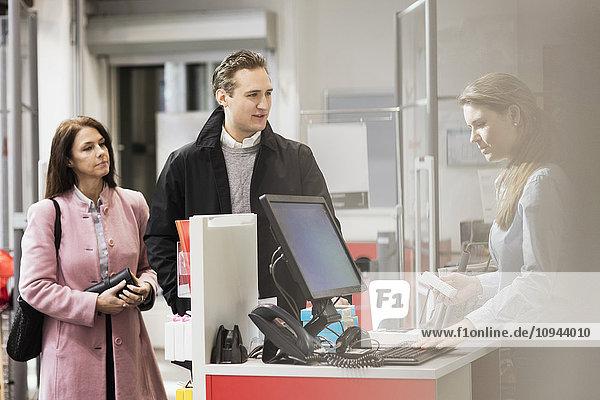 Kunden stehen an der Kasse im Showroom