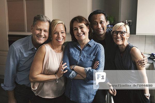 Porträt glücklicher multiethnischer Freunde in der Küche