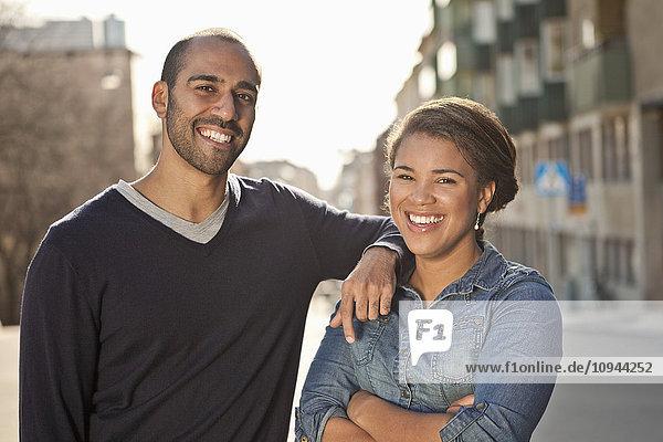 Vorderansicht Porträt eines männlichen Freundes mit Arm auf der Schulter der Frau