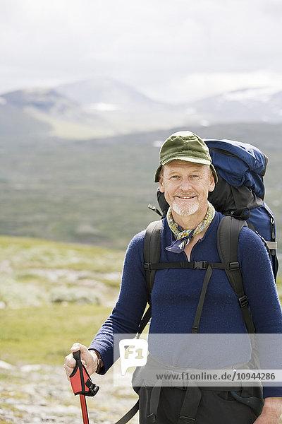Porträt eines selbstbewussten Wanderers gegen die Berge