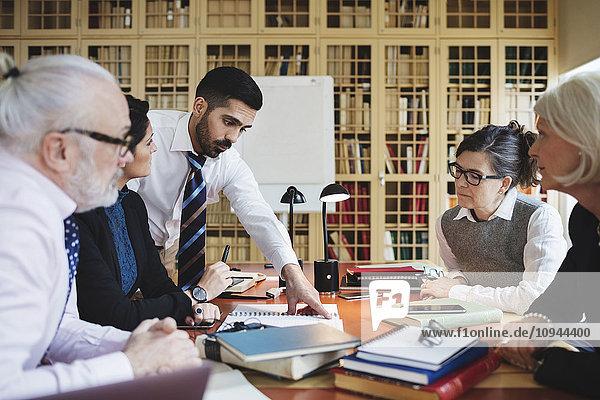 Anwälte diskutieren in einer Sitzung in der Bibliothek