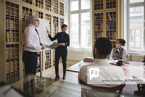 Fachmänner und -frauen bei der Präsentation vor Mitarbeitern im Sitzungssaal