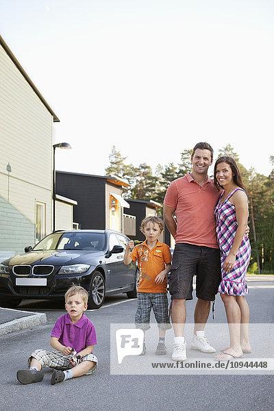 Porträt einer glücklichen Familie auf der Straße