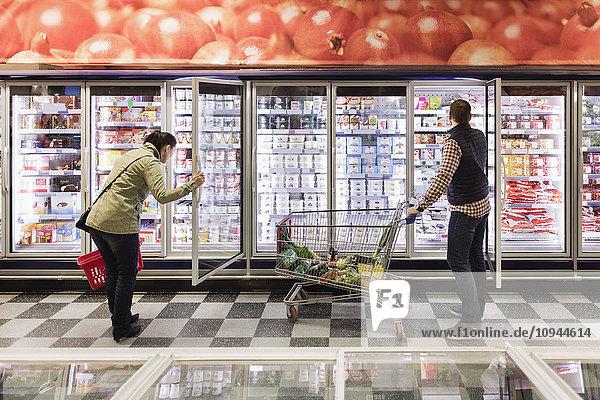 Paarwahl im Kühlregal im Supermarkt