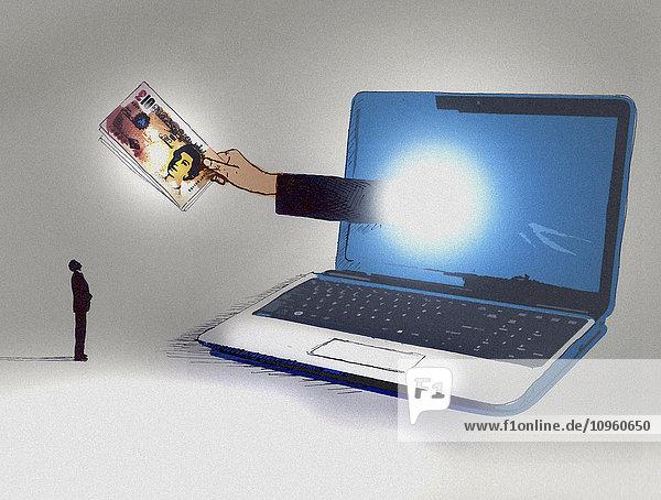Geschäftsmann schaut auf eine aus dem Computermonitor herausragende Hand mit Pfundscheinen