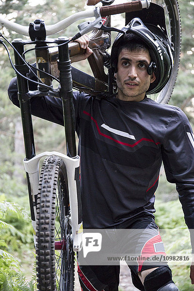 Mountainbiker mit seinem Fahrrad