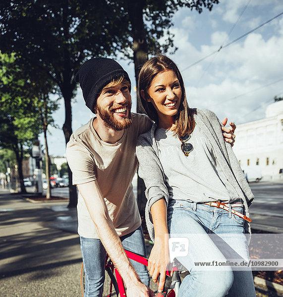 Österreich  Wien  junges Paar mit Fahrrad