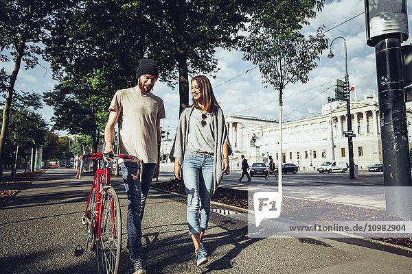 Österreich  Wien  junges Paar mit Fahrrad vor dem Parlamentsgebäude