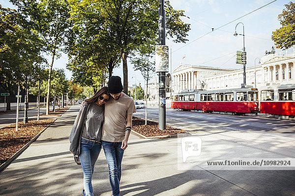 Österreich  Wien  junges Paar beim Bummeln auf der Ringstraße