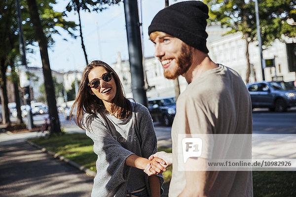 Österreich  Wien  glückliches junges Paar auf der Ringstraße