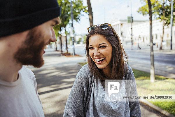 Österreich  Wien  lachende junge Frau mit ihrem Freund
