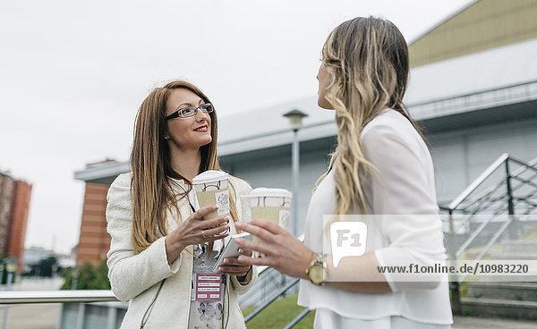 Zwei Frauen bei einer Kaffeepause im Freien