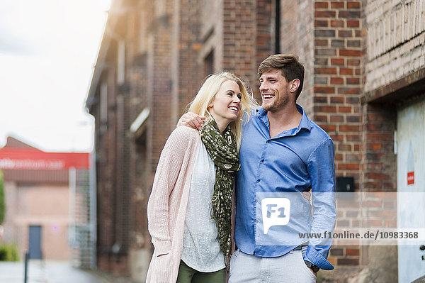 Ein glückliches Paar schlendert durch die Stadt.