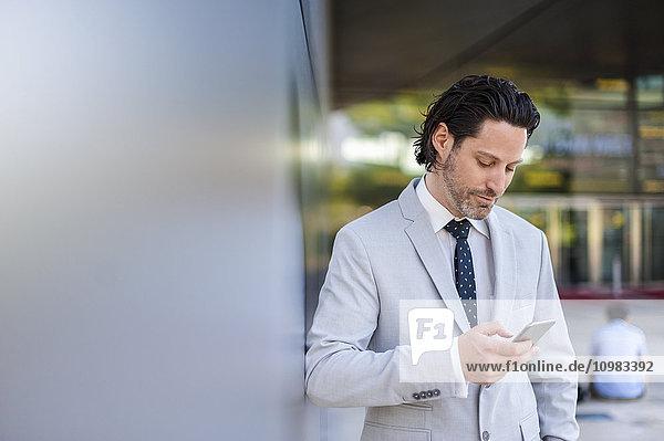 Geschäftsmann beim Blick auf das Smartphone