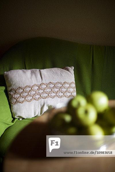 Zimmer mit Kissen auf Sofa und Obstschale