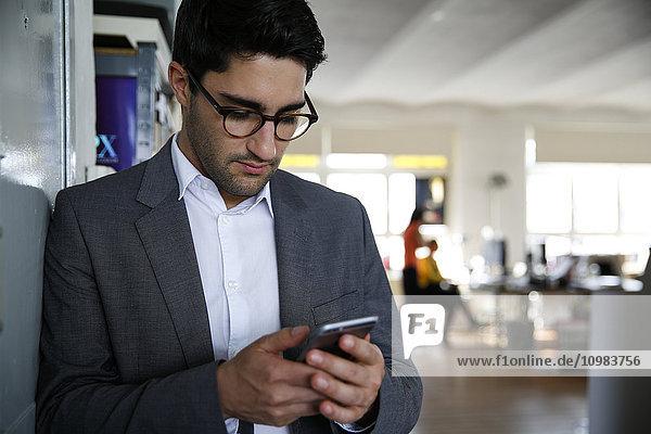 Geschäftsmann beim Blick auf sein Smartphone
