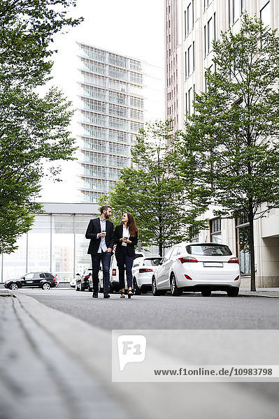 Geschäftsmann und Geschäftsfrau beim Spaziergang im Freien