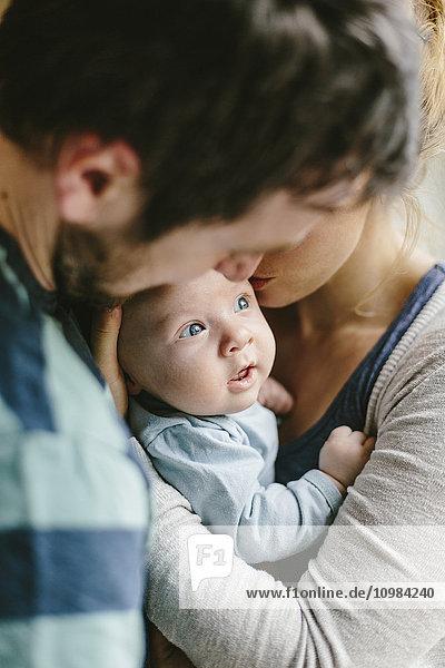 Vater mit Baby zu Hause