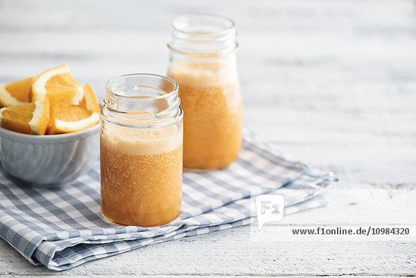 Orange  Karotte  Ananas  Ingwer-Smoothie im Glas Orange, Karotte, Ananas, Ingwer-Smoothie im Glas