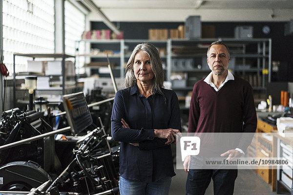 Zuverlässige Seniorin und Seniorin in einer Druckerei