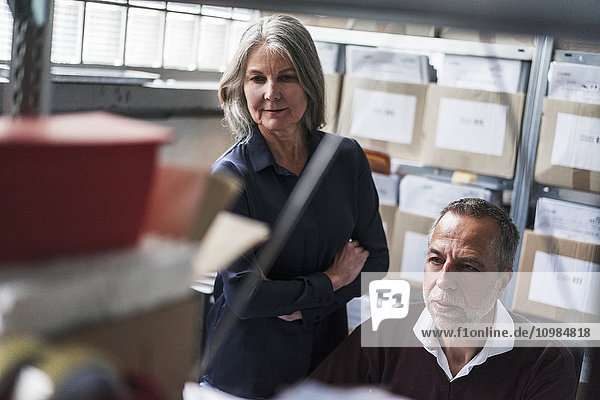 Ältere Frau und Mann in einer Fabrik  die sich mit dem Thema
