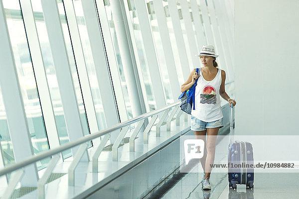 Vietnam  Ho-Chi-Minh-Stadt  junge Frau am Flughafen Vietnam, Ho-Chi-Minh-Stadt, junge Frau am Flughafen
