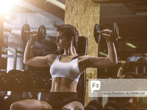 Fitness  Frau im Fitnessstudio