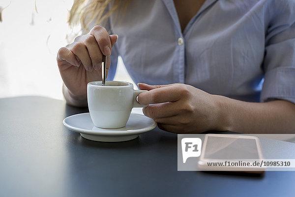 Nahaufnahme der Geschäftsfrau im Outdoor-Café