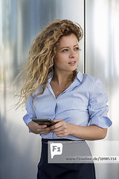 Geschäftsfrau mit Handy im Freien