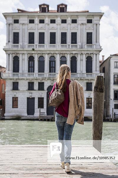Italien  Venedig  Rückansicht des Touristen auf einem Steg mit Blick auf die Aussicht