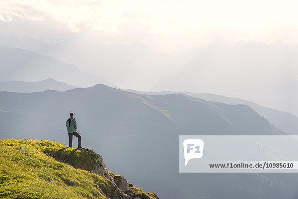 Österreich  Tirol  Wanderer auf Distanz