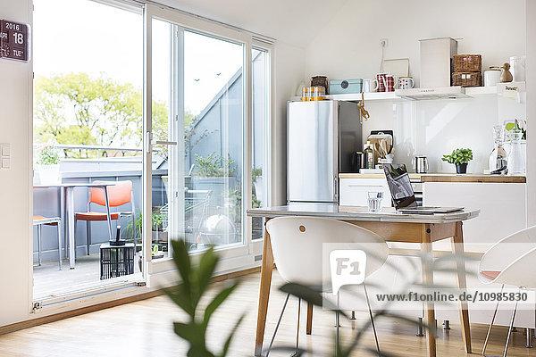 Küche und Balkon in einer Wohnung Küche und Balkon in einer Wohnung