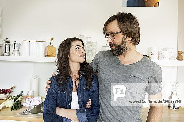 Lächelndes Paar in der Küche