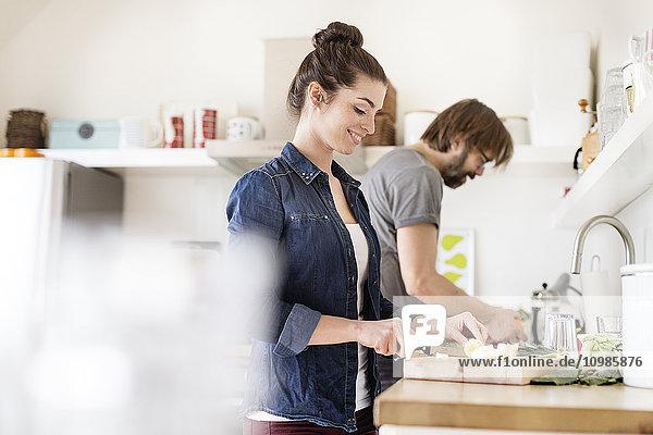 Paar in der Küche bei der Zubereitung von Speisen