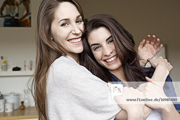 Zwei glückliche junge Frauen  die sich umarmen.