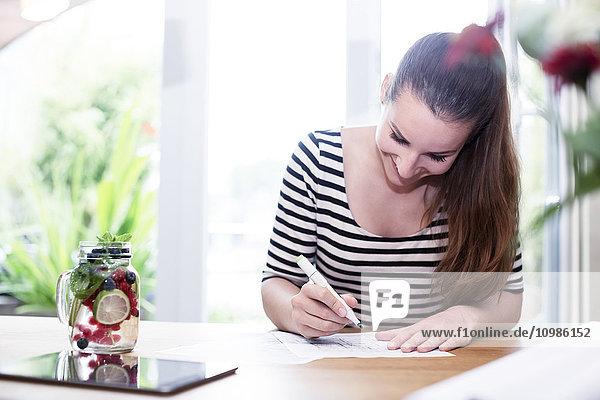 Junge Frau arbeitet am Bauplan