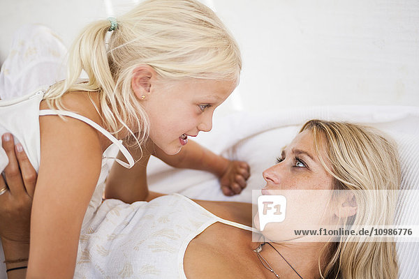Mutter und kleine Tochter im Gespräch