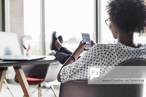 Rückansicht der Textnachrichten für Frauen