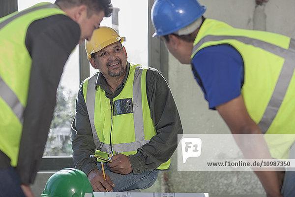 Architekt und Bauarbeiter auf der Baustelle