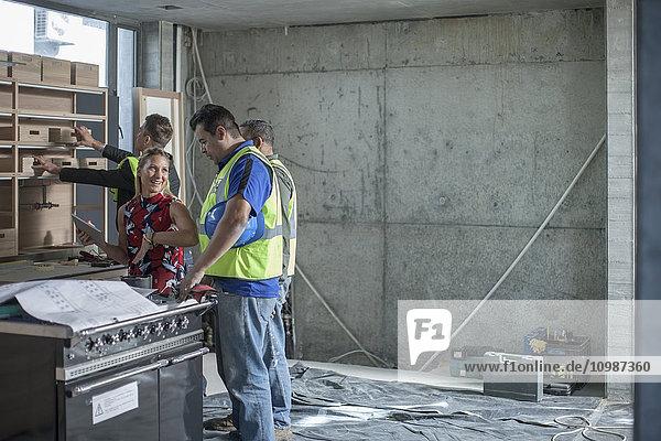 Frau im Gespräch mit dem Bauarbeiter