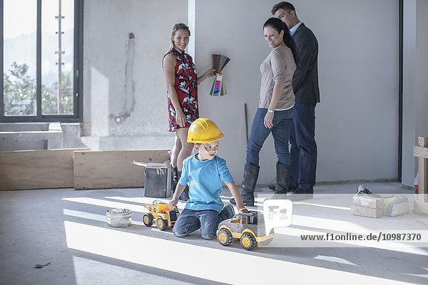 Junge mit Schutzhelm auf der Baustelle