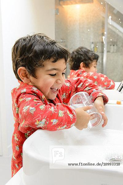 Kid brushing teeth in a pijama