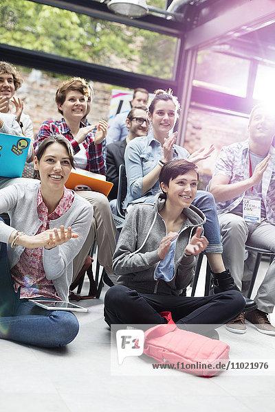 Lächelndes Publikum klatscht auf der Konferenz