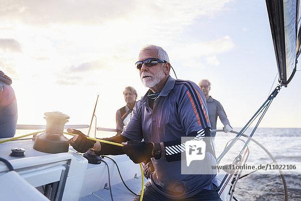 Rentner beim Segeln mit Takelage auf dem Segelboot