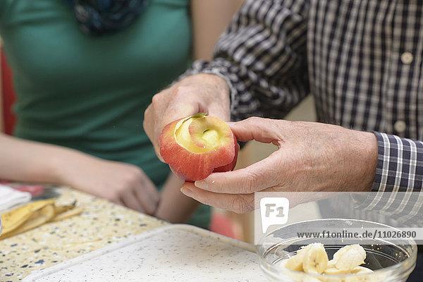 Apfel schälen im Seniorenheim