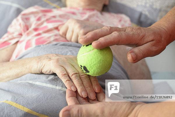 Basale Stimulation mit Tennisball in Seniorenheim
