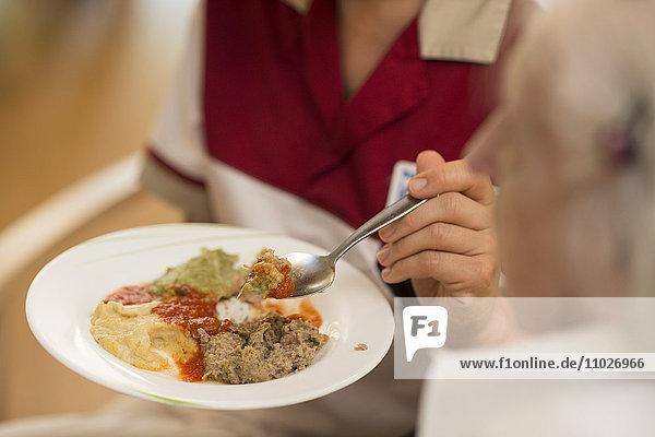 Mahlzeit im Seniorenheim